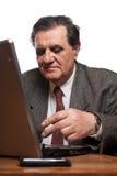 Droevige en ongerust gemaakte bedrijfsmens met laptop stock afbeelding