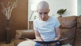 Droevige, gedeprimeerde kanker geduldige vrouw die haar diagnose lezen stock videobeelden