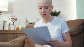 Droevige, gedeprimeerde kanker geduldige vrouw die haar diagnose lezen en sorrowing stock video