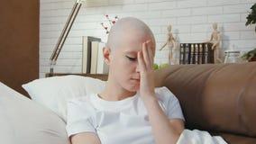 Droevige, gedeprimeerde kanker geduldige vrouw op de bank liggen en verdriet die stock footage