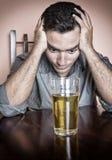 Droevige gedronken Spaanse mens royalty-vrije stock fotografie