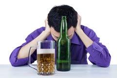 Droevige gedronken zakenman met bier royalty-vrije stock afbeeldingen