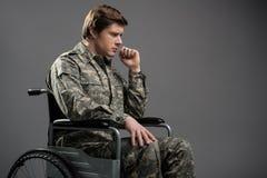 Droevige gehandicapte militaire mens die aan eenzaamheid lijden stock foto's