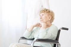Droevige gepensioneerde in rolstoel royalty-vrije stock afbeelding