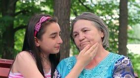 Droevige grootmoeder met haar weinig kleindochter