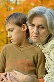 Droevige grootmoeder met jongen Royalty-vrije Stock Afbeelding