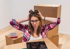 Droevige huiseigenaar die zich naar huis na uitzetting bewegen royalty-vrije stock foto