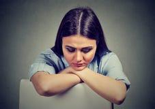 Droevige jonge vrouw in depressie stock foto's