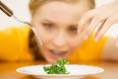 Droevige jonge vrouw die op dieet zijn royalty-vrije stock afbeelding