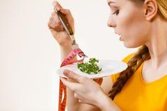 Droevige jonge vrouw die op dieet zijn stock afbeelding