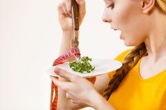 Droevige jonge vrouw die op dieet zijn royalty-vrije stock fotografie