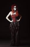 Droevige jonge vrouw met muertosmake-up (suikerschedel) Volledige lengte stock fotografie