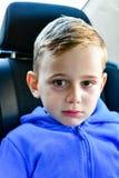droevige Jongen in de zetel van de kindauto royalty-vrije stock fotografie