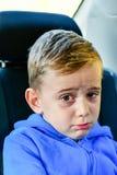 droevige Jongen in de zetel van de kindauto royalty-vrije stock foto