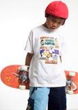 Droevige jongen die een skateboard houdt Stock Afbeeldingen