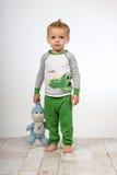 Droevige jongen met stuk speelgoed Stock Foto's