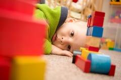 Droevige jongen voor blokken Stock Fotografie