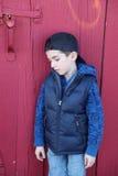 Droevige jongens rode deur Stock Foto's