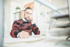 Droevige manager die aan ontevreden cliënt spreken stock fotografie