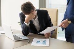 Droevige manager die bericht van ontslag, document met slecht nieuws krijgen royalty-vrije stock afbeeldingen