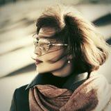 Droevige maniervrouw in zonnebril openlucht Stock Foto