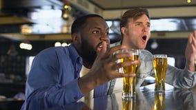 Droevige mannelijke ventilators die op gelijke in bar, ondersteunend nationaal team, vermaak letten stock videobeelden