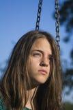 Droevige meisje en kettingen stock fotografie