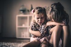 Droevige meisjes Kinderen thuis stock foto