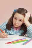 Droevige meisjestekening met kleurenpotloden Royalty-vrije Stock Afbeelding