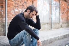 Droevige mens alleen in de stad Stock Fotografie