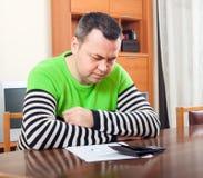 Droevige mens die financiële documenten vullen royalty-vrije stock foto