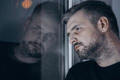 Droevige mens met depressie stock fotografie