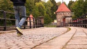 Droevige mensengangen door de oude middeleeuwse straten stock footage