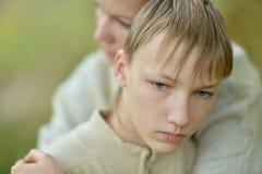Droevige moeder met een zoon stock afbeeldingen