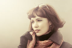 Droevige mooie maniervrouw in rode sjaal openlucht Royalty-vrije Stock Foto's