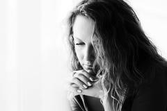 Droevige mooie vrouw die met lange krullende haren neer kijken Royalty-vrije Stock Fotografie