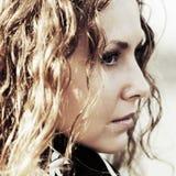 Droevige mooie vrouw met lange krullende haren openlucht Royalty-vrije Stock Fotografie