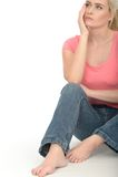 Droevige Nadenkende Humeurige Aantrekkelijke Jonge Vrouw die Ongerust gemaakt kijken Royalty-vrije Stock Afbeelding