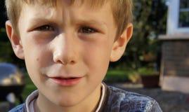Droevige nadenkende ongerust gemaakte jonge jongen Stock Afbeeldingen