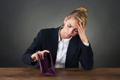 Droevige Onderneemster Holding Empty Purse bij Bureau stock afbeelding