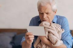 Droevige ongelukkige mens die een nota lezen royalty-vrije stock afbeelding