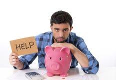 Droevige ongerust gemaakte mens in spanning met spaarvarken in slecht F Stock Foto's