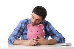 Droevige ongerust gemaakte mens in spanning met spaarvarken in slechte financiële situatie Royalty-vrije Stock Foto's