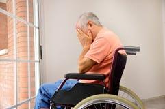 Droevige oudste in rolstoel royalty-vrije stock afbeelding