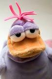 Droevige pluche violette eend Stock Foto