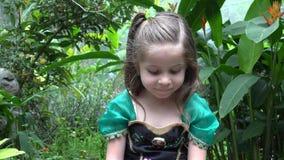 Droevige Prinses in Bloemtuin stock footage