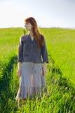 Droevige redhead vrouw in gras stock fotografie