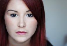 Droevige roodharige jonge vrouw met zwarte ogen Royalty-vrije Stock Foto