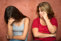 Droevige schreeuwende tiener en haar ongerust gemaakte moeder Royalty-vrije Stock Foto's