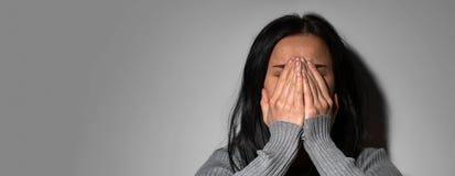 Droevige schreeuwende vrouw in wanhoop stock foto's